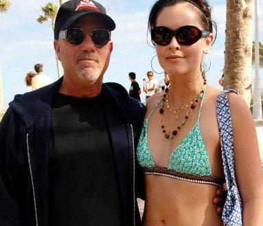 Şarkıcı Billy Joel eşi Katie Lee'den 32 yaş daha büyük.